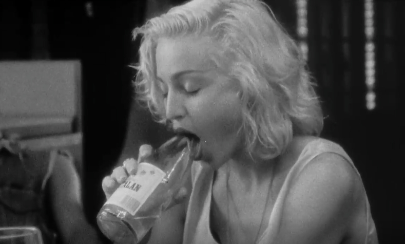Iconisch filmpje. Madonna blowjobt fles (VIDEO)