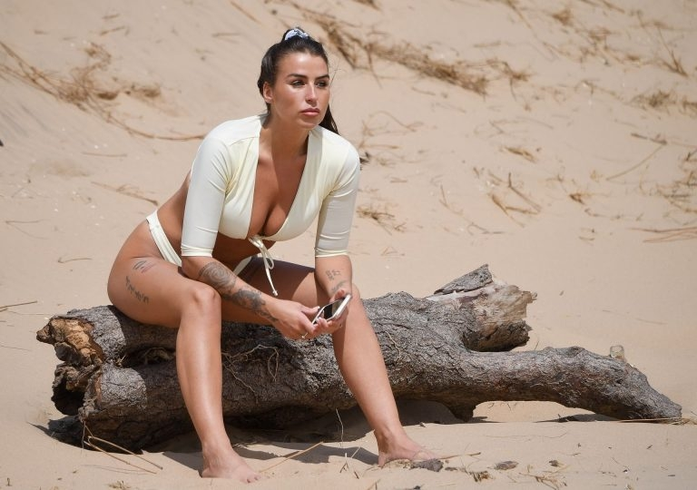 "Verzengende ""Ex On The Beach"" ster op het strand"