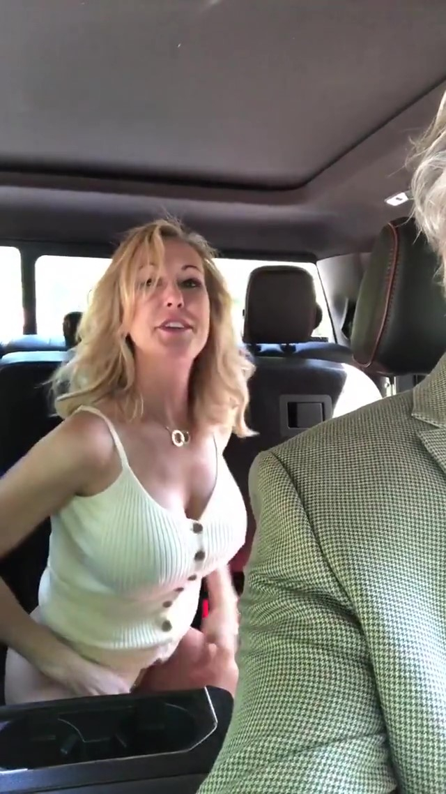 Pornoster Brandi Love kleedt zich om in auto van sugar daddy (NSFW)(VIDEO)